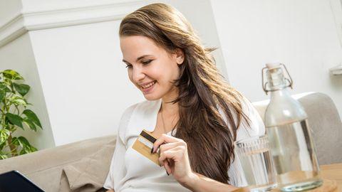 Frau shoppt Mode online