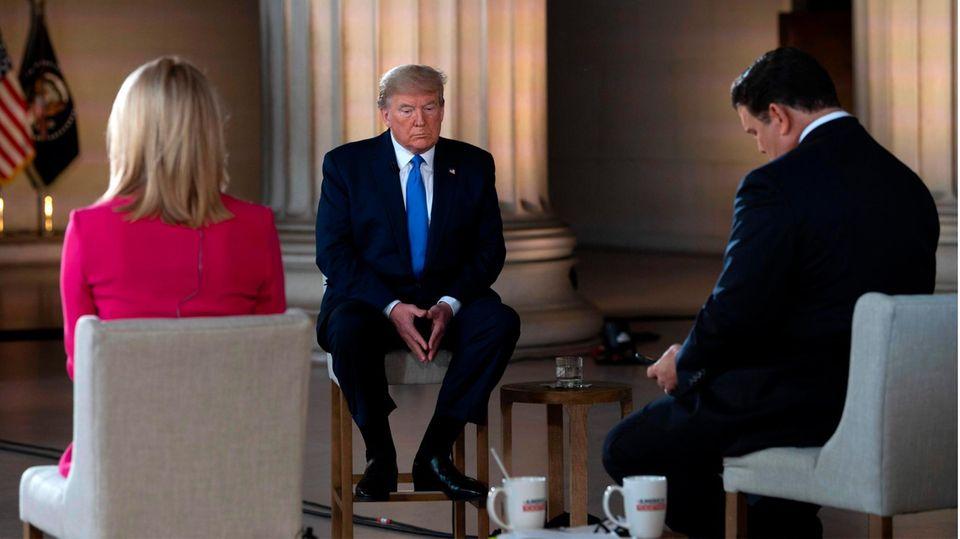 Donald Trump beim Interview mit den Fox-News-ModeratorenMartha MacCallum (l.) und Bret Baier (r.)