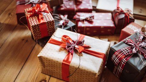 Verpackte Geschenke auf dem Boden
