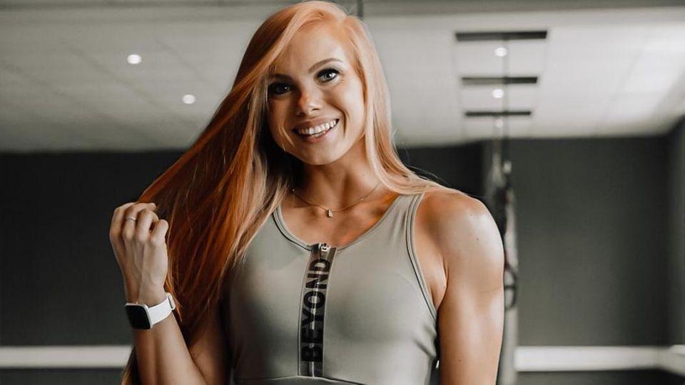 Die Trainierin und Influencerin Franziska Lohberger in Trainingsklamotten in einem Fitnessstudio