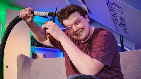Joshua Otto, ein Tischler in der Ausbildung, schneidet sich im Lockdown die Haare mithilfe einesStaubsaugers selbst