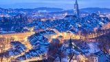 Citytrip Bern  Mit seinen rund 143.000 Einwohnern ist Bern neben Zürich, Genf, Basel und Lausanne eine der größten Städte der Schweiz. Die Berner Altstadt ist seit 1893 Teil der Liste des Unesco-Welterbes. Wer sich in Bern ein Zimmer bucht, der bekommt ab der ersten Übernachtung das Bern Ticket dazu. Mit diesem Ticket nutzt man freie Fahrt in den Zonen 100/101 des LIBERO-Tarifverbundes. Außerdem kann man die bekannte Gurtenbahn, die Marzilibahn und der Münsterplattformlift sowie die An- und Abreise zum BERN Airport nutzen.  Bern bietet interessierten jede Menge Kunst und Architektur. Wer Interesse hat, kann sich auch private Stadtführungen buchen. Aber auch Historisches gibt es in Bern zu sehen. Weitere Infos finden Sie hier.