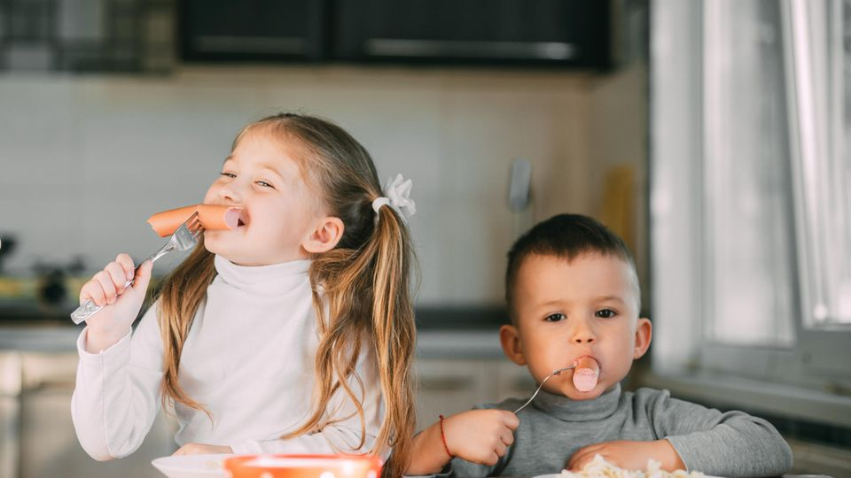 Kinder essen Wurst