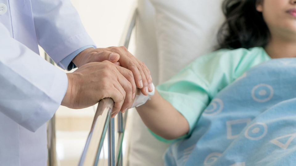 Frau im Krankenhausbett