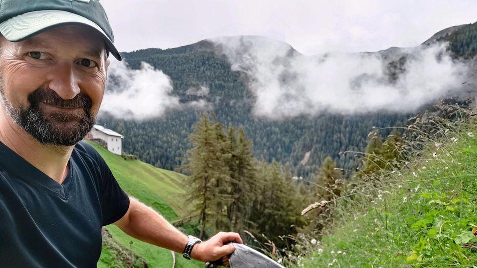 Raus aus dem Büro: Im Langtauferer Tal in Südtirol mäht Timo Gerhold, Geschäftsführer eines Sportvereins in Hessen, das Gras mit der Sense