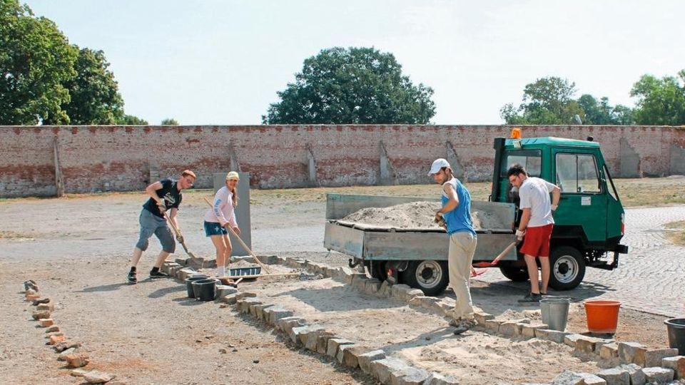 Gutes tun, auch für sich: Freiwillige bei Bauarbeiten in der Gedenkstätte KZ Lichtenburg Prettin in Sachsen-Anhalt