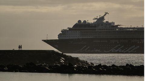 Am Strand von Las Teresitas in Santa Cruz de Tenerife.Im Hintergrund ist ein Kreuzfahrtschiff von Tui Cruises zu sehen.