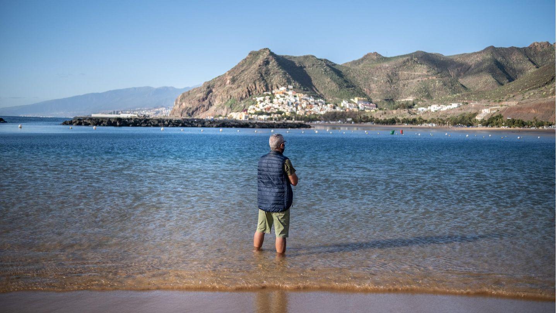 Ein Mann steht am Strand von Las Teresitas in Santa Cruz de Tenerife. Die Bundesregierung stuft die bei deutschen Urlaubern beliebten Kanarischen Inseln wieder als Corona-Risikogebiet ein.