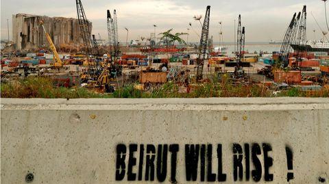 """""""Beirut wird auferstehen"""", hat jemand aufeineMauer am zerstörten Hafen der libanesischen Hauptstadt gesprüht"""