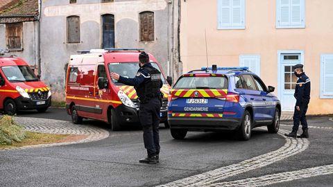 Polizist regelt den Verkehr für vorbeifahrende Einsatzfahrzeuge der Feuerwehr