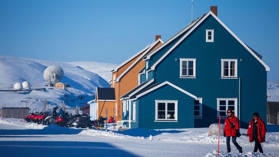 """Das """"blaue Haus"""" ist das Herz der AWIPEV-Station auf Spitzbergen"""