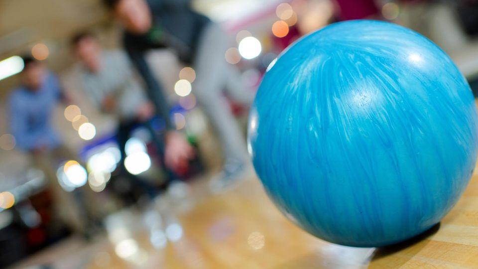 Eine Bowlingkugel auf einer Bowlingbahn