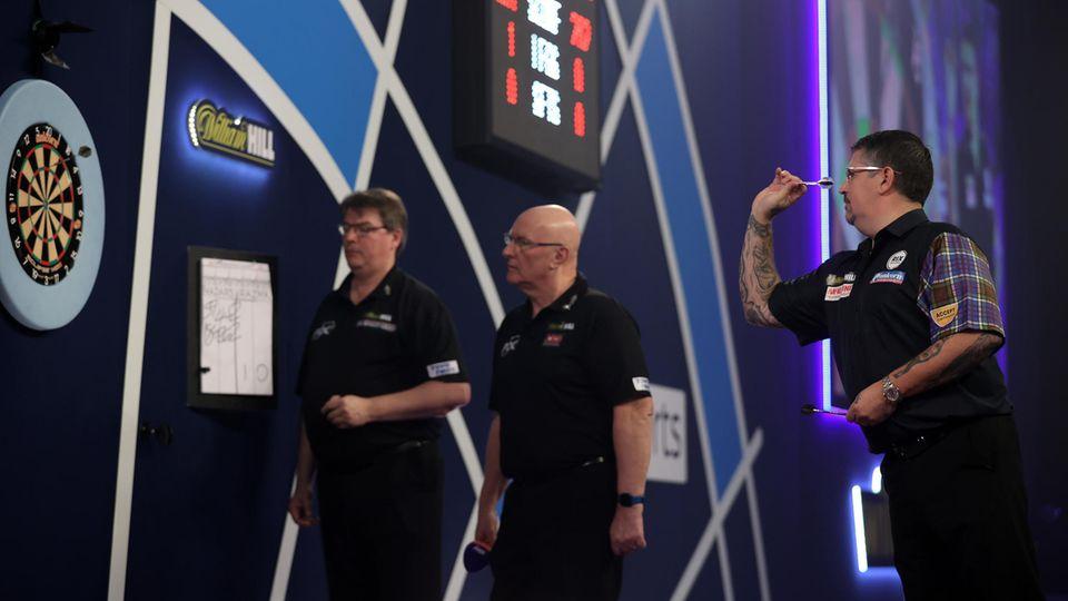 Darts-WM 2021: Gary Anderson wirft auf der Bühne des Ally Pall einen Pfeil