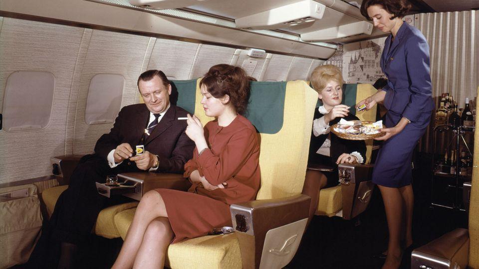 Als das Rauchen an Bord noch nicht verboten war. Zum Senator-Service der Lufthansa gehörte auch das Anbieten von Zigaretten, Zigarren und Streichhölzern.