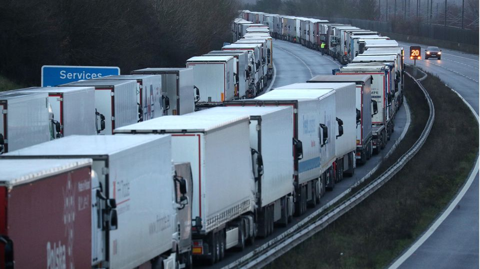 """Nach Grenzschließung: LKW-Fahrer im Mega-Stau vor Dover: """"Man behandelt uns wie Schweine"""""""
