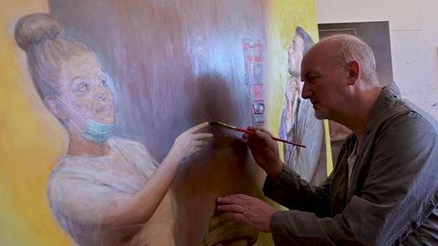 Der Berliner Künstler Kai Hellbardt bei seiner Arbeit