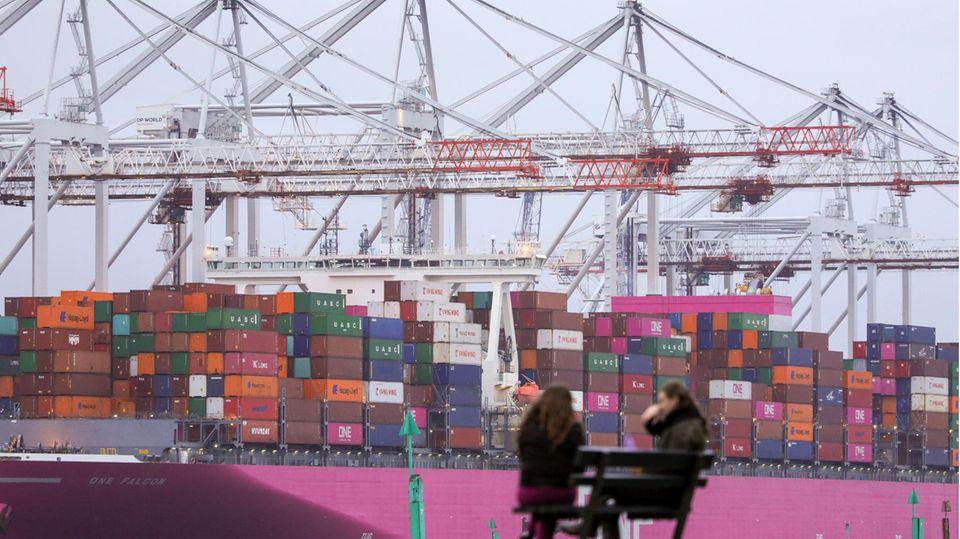 Ein Containerschiff im Hafen von Southampton
