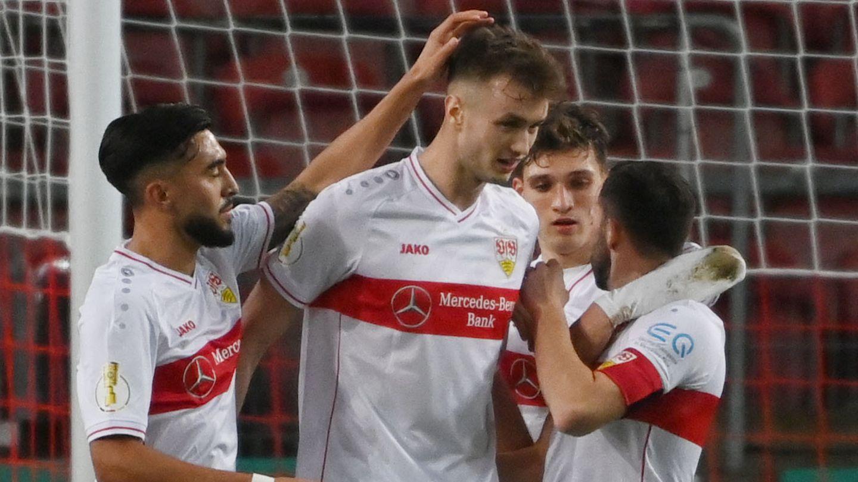 Die Stuttgarter Spieler jubeln mitTorschütze Sasa Kalajdzic (m.) nach dem Tor zum 1:0