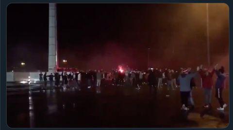 """Essener Fußball-Fans feiern """"coronakonforme"""" Spontanparty mit Feuerwerk"""