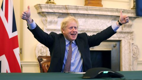 Premier Johnson freut sich über den geschafften Brexit-Deal an Heiligabend.