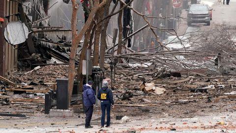 Einsatzkräfte arbeiten am Ort einer heftigen Explosion in der Innenstadt