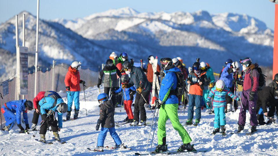 Ausflügler sind zum Skifahren auf dem Kasberg unterwegs.