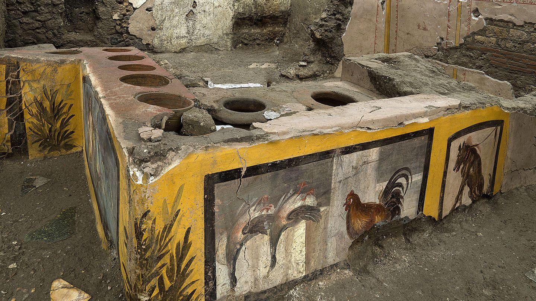Pompeji, Italien: Die fast intakten Räumlichkeiten eines Thermopoliums, eines Straßenrestaurants. Seine gut erhaltenen, farbenfrohen Fresken zeigenGänse,einen Hahn, einen Hund an der Leine und mythologische Charaktere.