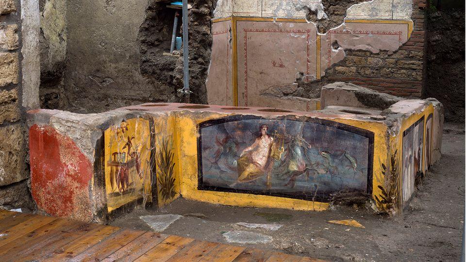 Farbefrohe Fresken zieren die Wände des antiken Straßenrestaurants in Pompeji