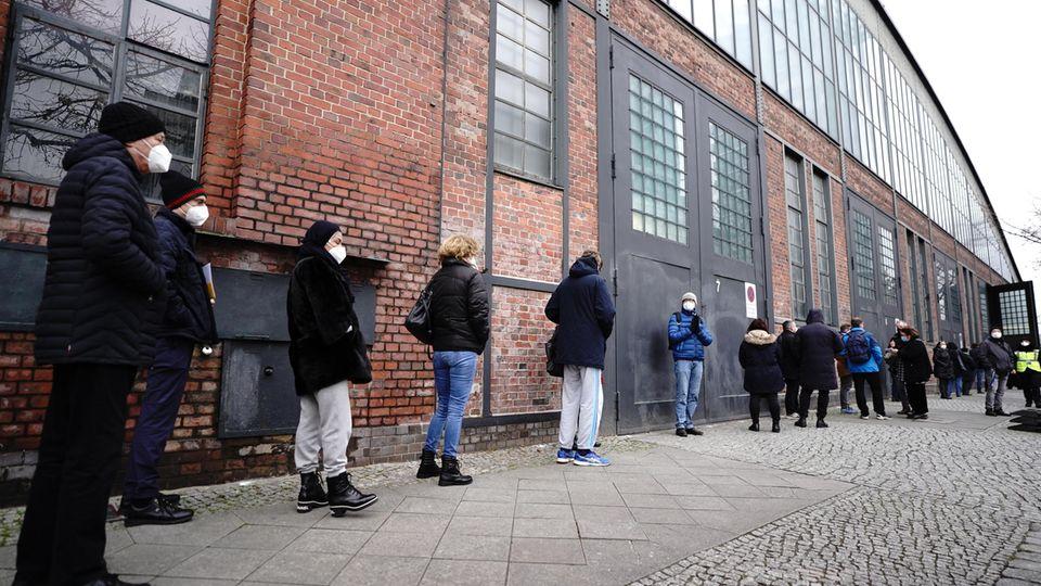 Pflegekräfte stehen vor dem Impfzentrum Arena in Berlin für die Impfung gegen das Corona-Virus an