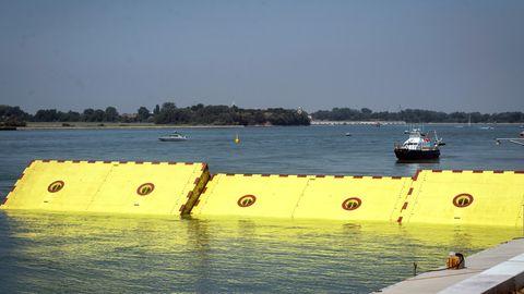 """Barrieren des Hochwasserschutzprojekts """"Mose"""" ragt aus dem Wasser."""