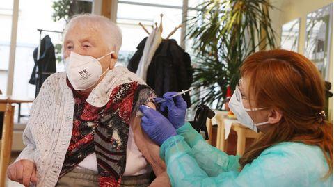 Die 94-Jahre alte Martha Nadolph (l.) erhält im Seniorenpark Am Birkenwäldchen ihre Impfung