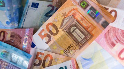 Zahlreiche Banknoten liegen auf einem Tisch