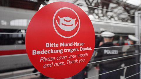 """Aufkleber am Zug: """"Bitte Mund-Nasen-Bedeckung tragen"""""""