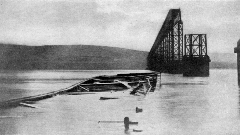 """Mit einer Länge von mehr als 3000 Metern galt sie zu ihrer Zeit als eine der längsten Brücken der Welt: DieFirth-of-Tay-Brücke in Schottland, gebaut zwischen 1871 und 1878. Rund ein Jahr nach der Indienststellung der Eisenbahnbrücke kam es zur Katastrophe: Während eines schweren Sturms fuhr ein Zug auf der Strecke von Edinburgh nach Dundee, als der Mittelteil der Brücke nachgab und der Zug in den Firth of Tay hinabstürzte. Schätzungsweise 75 Menschen starben. Ursache waren der Sturm, das Gewicht des Zuges sowie Mängel in Ausführung und Konstruktion der Brücke. Wenige Jahre nach dem Unglück wurde unweit der ersten Brücke eine zweite errichtet, die noch heute steht.Bekannt wurden die Brücke und ihr Schicksal durch die Ballade """"Die Brück' am Tay"""" von Theodor Fontane."""