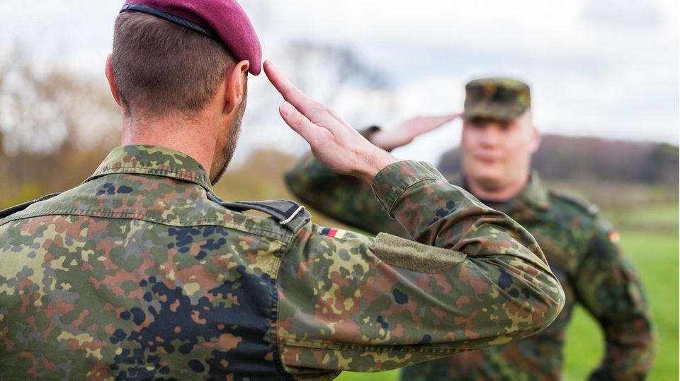 Zwei deutsche Soldaten grüßen einander (Symbolbild)
