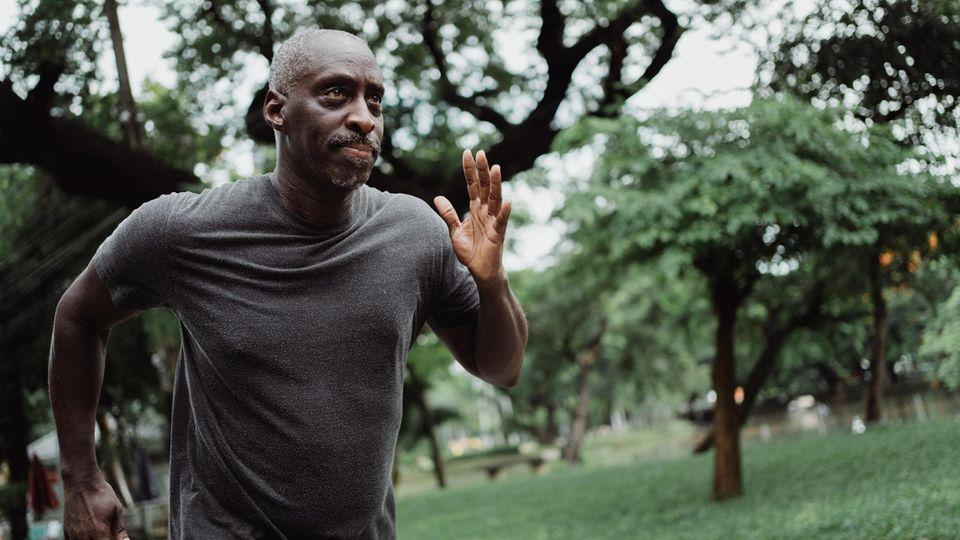 Ein Mann rennt eilig durchs Bild