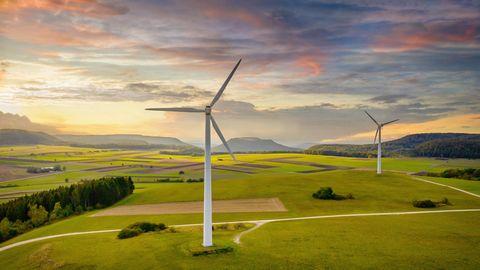 Windräder auf grüner Wiese
