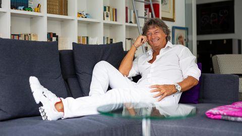 Schauspieler Herbert Herrmann sitzt in seinem Wohnzimmer