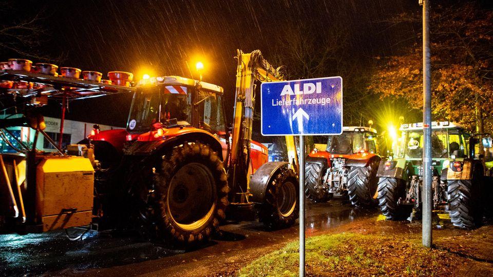 Zahlreiche Landwirte blockieren mit ihren Traktoren die Zufahrt zum Zentrallager von Aldi in Hesel, im Landkreis Leer