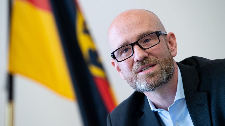 Peter Tauber vor einer Deutschland-Flagge