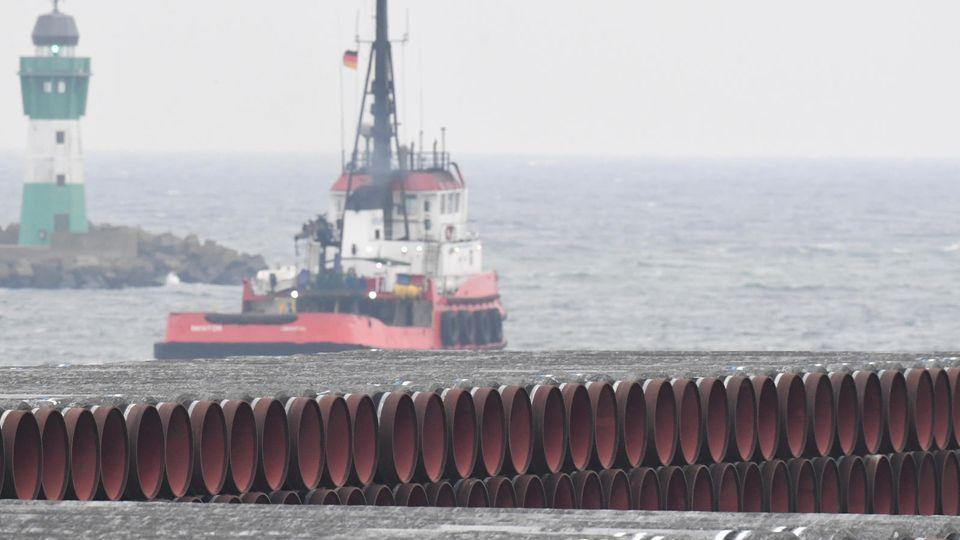 Rohre für die Ostsee-Gaspipeline Nord Stream 2 liegen auf dem Gelände des Hafens Mukran bei Sassnitz