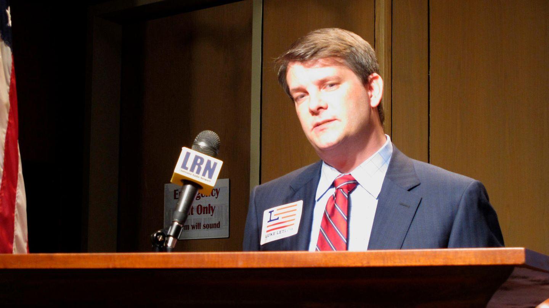 Der Republikaner Luke Letlow steht an einem Rednerpult