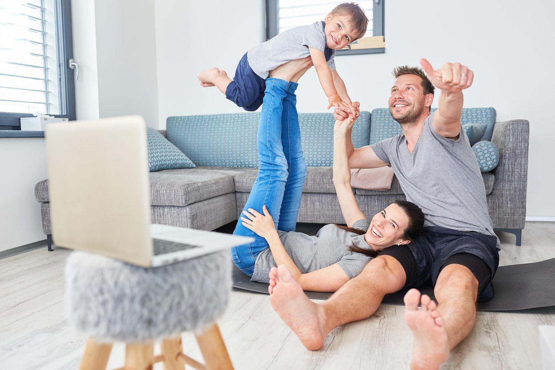 Familie beim Online-Shopping zu Hause