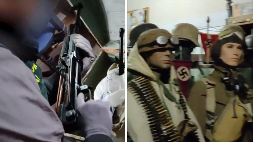 Links hält ein Polizist eines der gefundenen Sturmgewehre in den Händen, rechts stehen männliche Puppen in Nazi-Uniformen