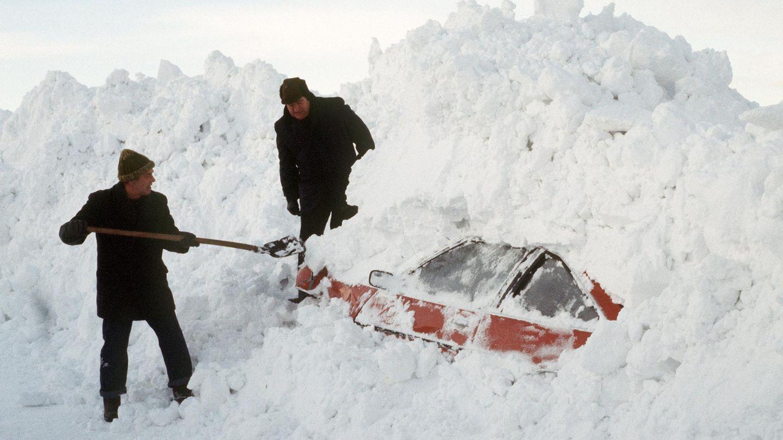 Enorme Schneemassen, Verkehrschaos, Stromausfälle und abgeschnittene Ortschaften: Am 30. Dezember 1978 begann im Norden Deutschlands in Ost wie West, in Dänemark und Südschweden ein Schneechaos, das vielen in prägender Erinnerung blieb. Am Vortag war es zu einem starken Temperatursturz gekommen, dieTemperaturen fielen auf unter dem Gefrierpunkt. Hinzu kam ein starker Schneefall, der viele überraschte und vor Probleme stellte, wie auf derAufnahme vom Januar 1979zu sehen ist. An vielen Orten wurde das Militär im Kampf gegen die Schneemassen eingesetzt. 17 Menschen verloren aufgrund des Schneechaos in der Bundesrepublik ihr Leben. Nur wenige Wochen später, am 14. Februar 1979, führten dichte Schneefälle und ein orkanartiger Sturm zu einem erneuten Schneechaos.