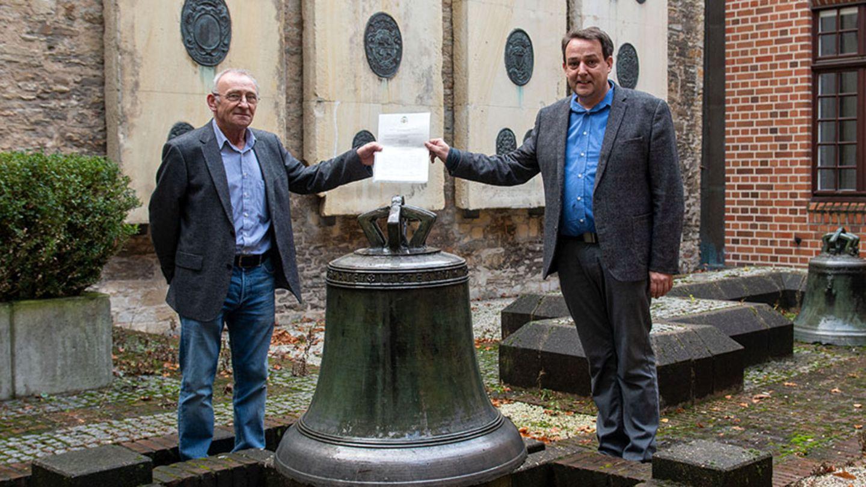 Hans Manek und Prof. Dr. Thomas Flammer vor der Glocke