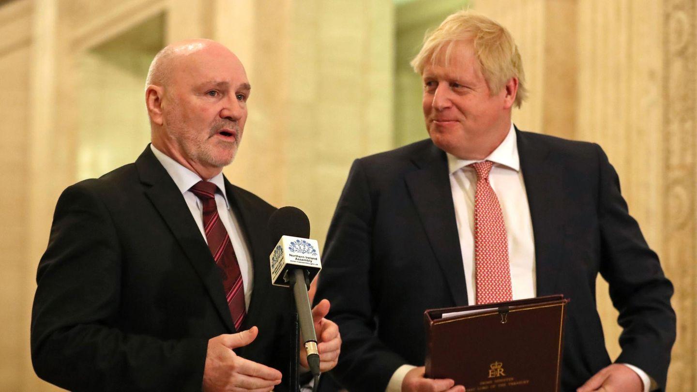 Britischer Premier Boris Johnson (r.) und nordirischer Parlamentschef Alex Maskey (l.)