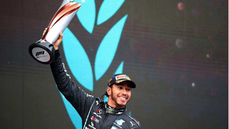 """31. Dezember 2020  Lewis Hamilton ist nun ein Ritter  Rekord-Rennfahrer Lewis Hamilton zum Ritter geschlagen  Große Ehre für den britischen Rennfahrer Lewis Hamilton: Der siebenmalige Formel-1-Weltmeister ist zum Ritter geschlagen worden. Nachdem er in diesem Jahr den Rekord von Rennlegende Michael Schumacher eingestellt hat, wurde der 35-Jährige in der traditionellen britischen Neujahrs-Ehrenliste aufgeführt und darf von nun an die Anrede """"Sir"""" führen.  Die Liste würdigt herausragende Leistungen in verschiedenen Bereichen, darunter Showbusiness, Sport und Politik, sowie die Beiträge einer größeren Anzahl von Bürgern im Alltag. Der Mercedes-Pilot fiel in diesem Jahr nicht nur wegen seines siebten Titels auf: Er setzte sich unter anderem für Gleichberechtigung und Vielfalt ein. Zudem sprach er sich gegen Rassismus und für mehr Demokratie aus."""