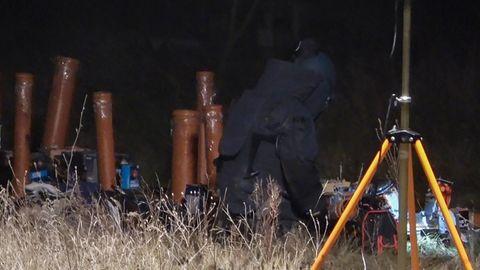 Ein Polizist in Schutzausrüstung untersucht einen Unfallort, an dem ein 24-Jähriger bei einem Unfall mit Feuerwerk gestorben ist