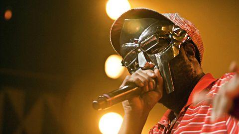Unter seinem Alias MF Doom trat der Künstler stets mit einer Maske auf, wie hier 2010 in Dänemark